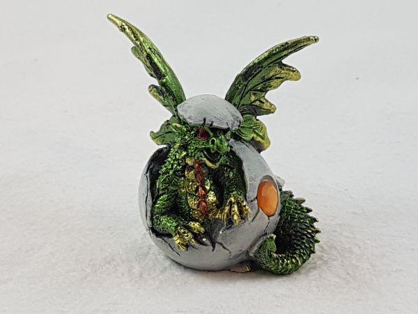 Baby-Drache im Ei grün